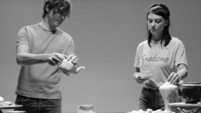 Teteras, taburetes y Angel Olsen en el nuevo vídeo de Cass McCombs