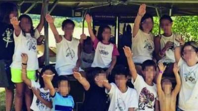 Esta foto de unos niños italianos haciendo el saludo nazi ha desatado la polémica