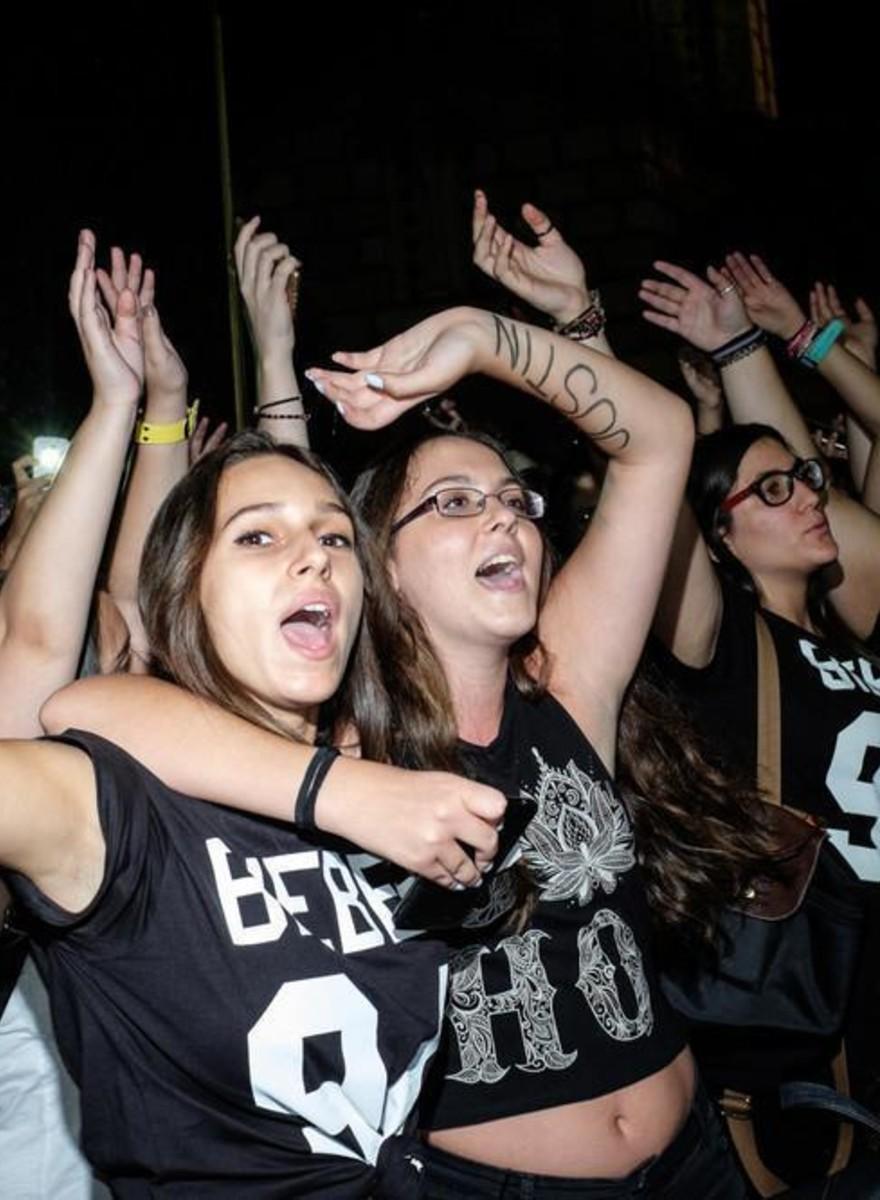 Fotos de hormonas alborotadas en un fiesta masiva sobre Justin Bieber