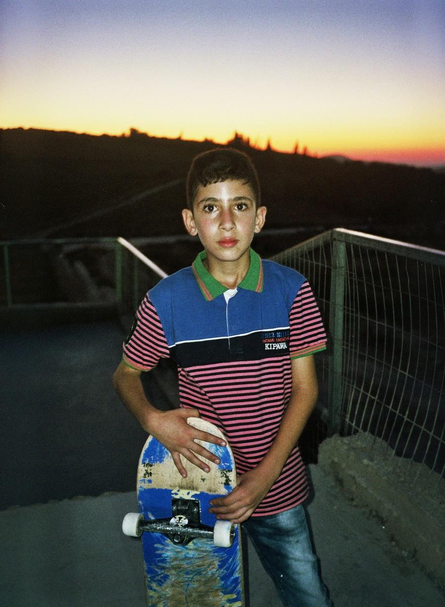 Kinderen op de Westelijke Jordaanoever skaten wat af