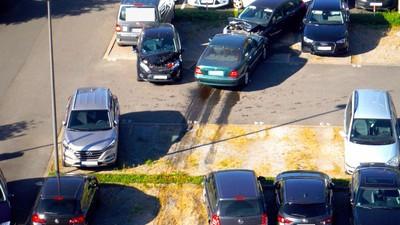 Eine Rentnerin zerlegt beim Ausparken 15 weitere Autos