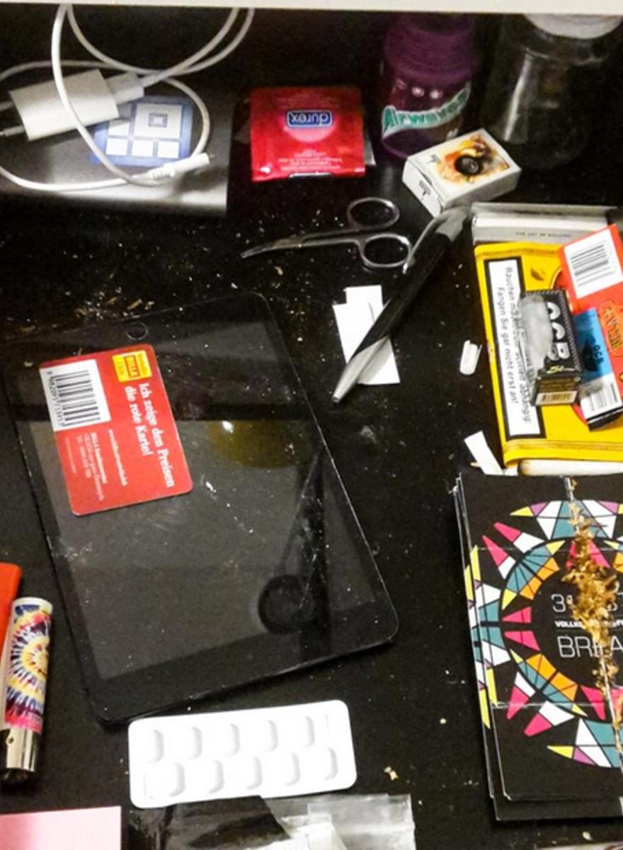 In foto: le cose che nascondiamo nei cassetti del comodino