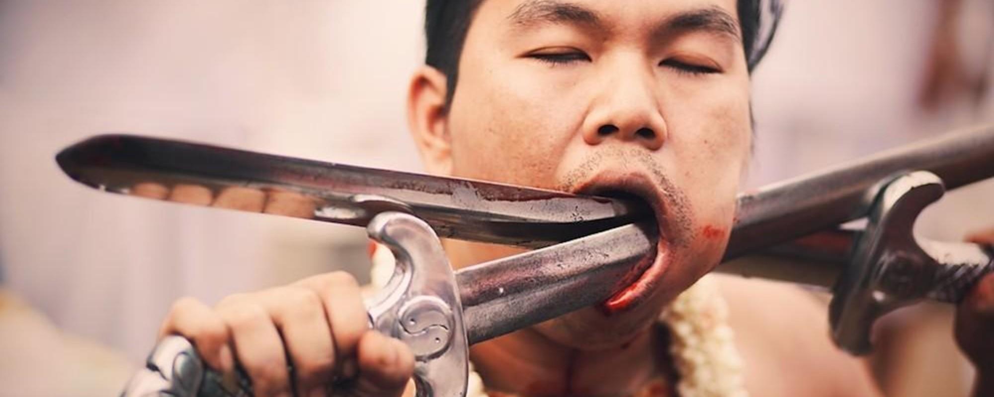 Brutales fotos de hombres perforándose en un festival tailandés