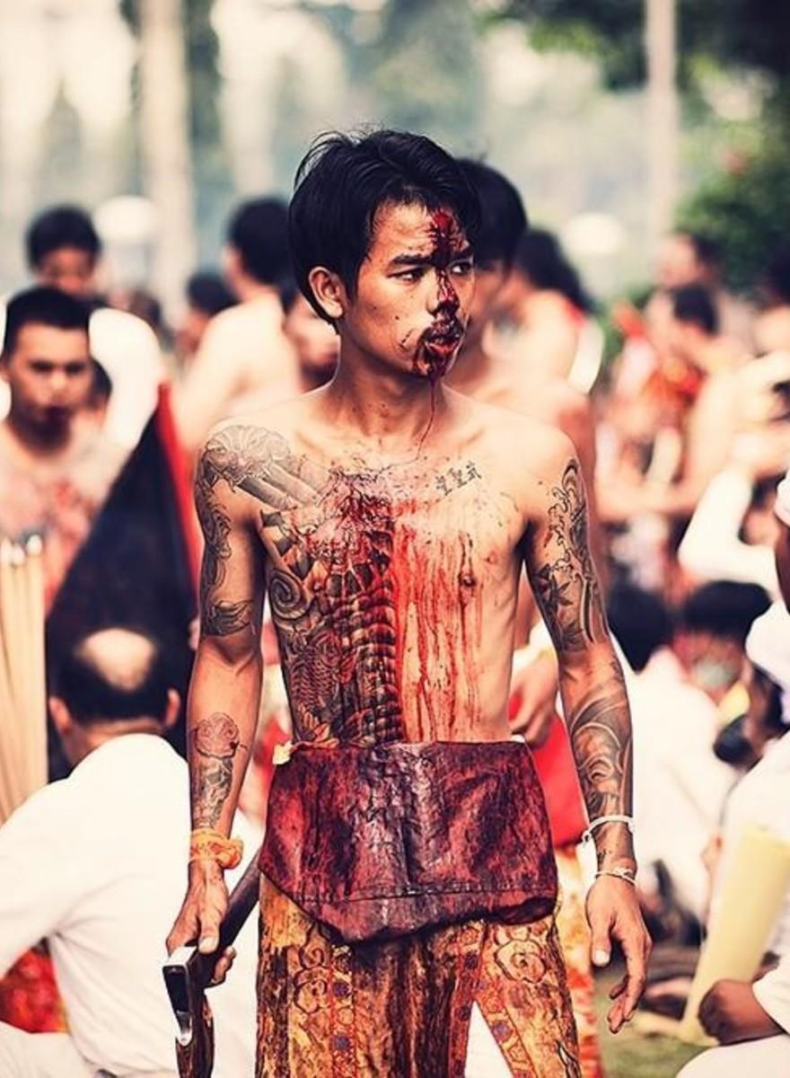 Fotos brutais do festival dos Nove Deuses do Imperador na Tailândia
