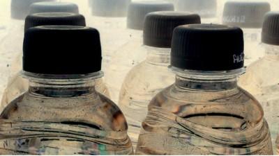 Per favore, smettete di bere l'acqua in bottiglia