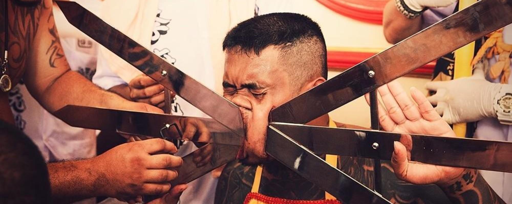Hombres perforándose la cara en un festival tailandés