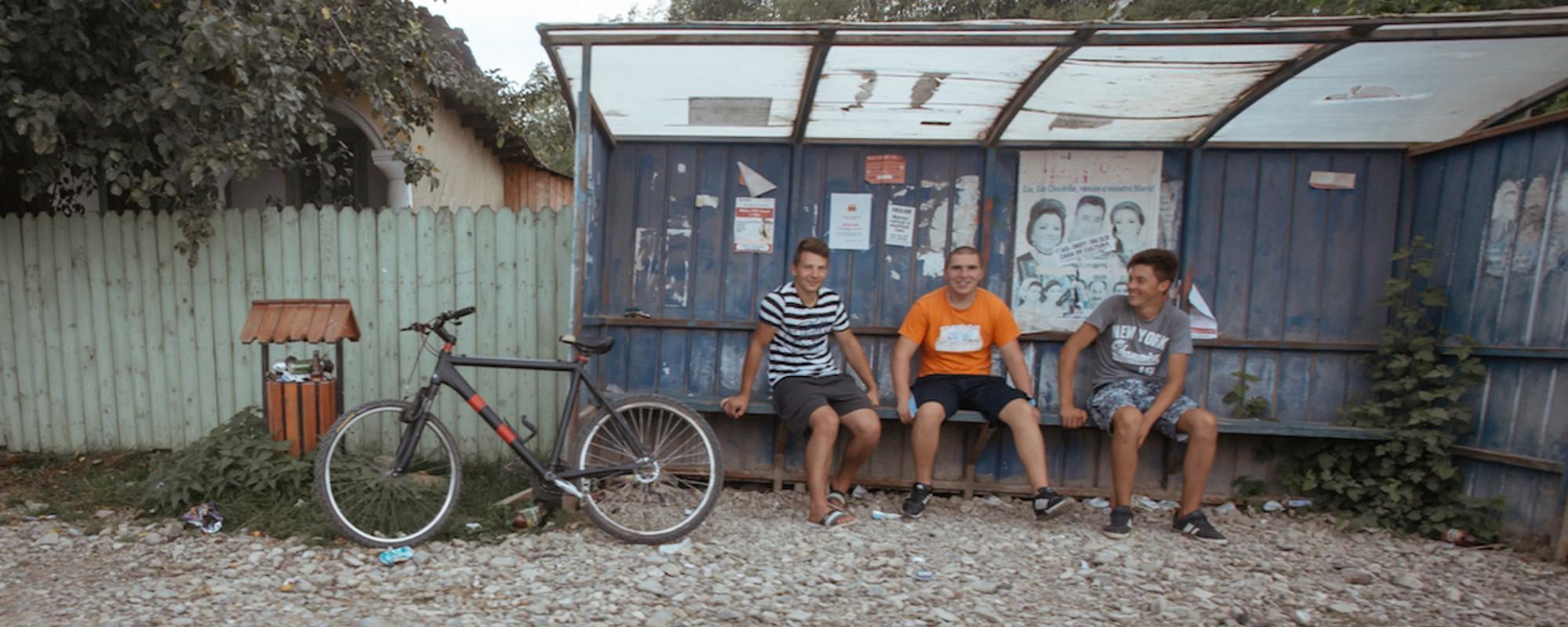 Fotografii cu bicicliști români de la țară, care-ți arată că transportul pe două roți nu-i doar pentru snobi