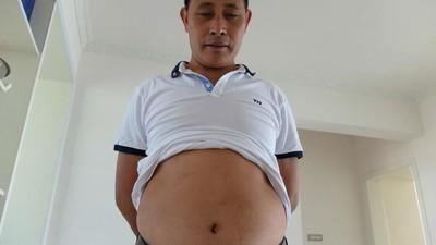 Este hombre recibe golpes en el estómago para ganarse la vida