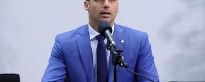 Filho de Bolsonaro visita PMs acusados pela maior chacina no Ceará