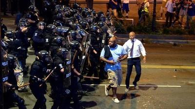 Cosa sta succedendo a Charlotte, dov'è stato dichiarato lo stato d'emergenza