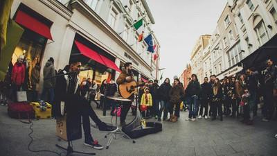 Un român care a locuit pe străzile orașelor europene mi-a povestit cum e să trăiești din muzică