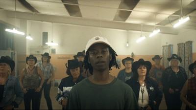 """Få din chill på til Saints nye video til """"Holly"""" og oplev en pludselig respekt for line dance"""