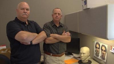 Avec les flics à la retraite qui identifient des cadavres à l'ancienne