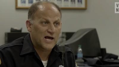 De ce a ajuns virală fotografia unui polițist american cu un cuplu pe heroină