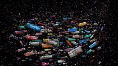 Mandy Barker maakt prachtige collages van plastic rotzooi uit de zee