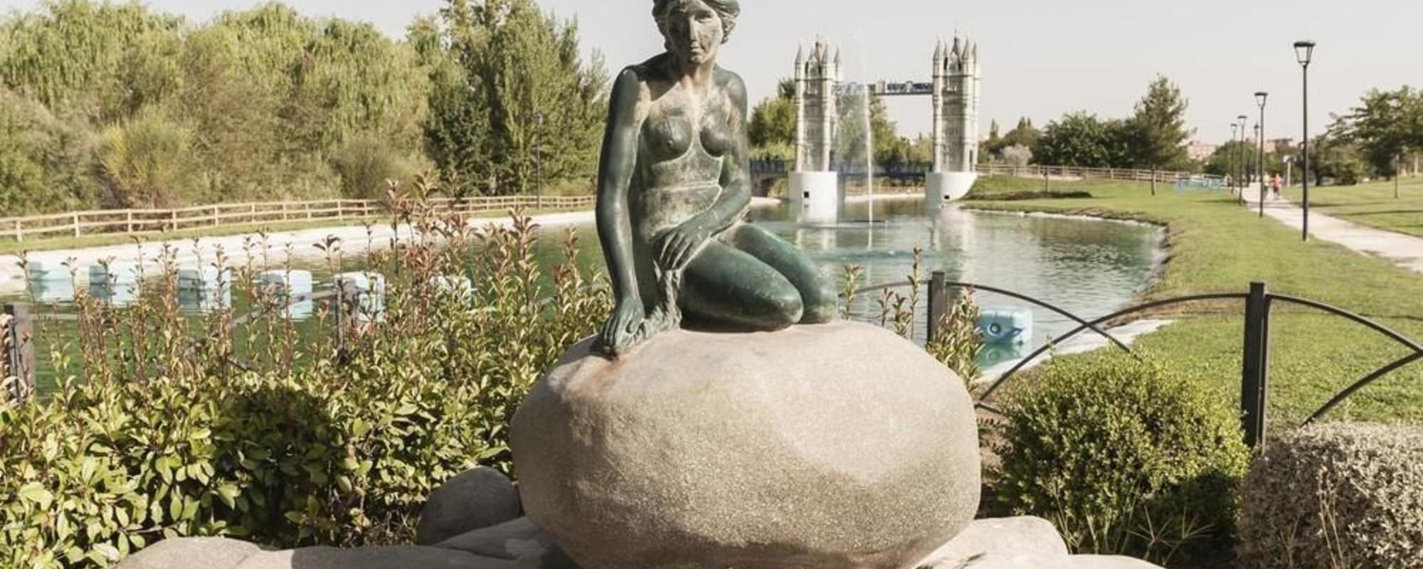 Billeder fra den spanske park, der er fyldt med kopier af kendte europæiske monumenter