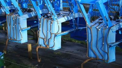 Auf dieser Möbelfarm wachsen ganze Holzstühle aus dem Erdboden