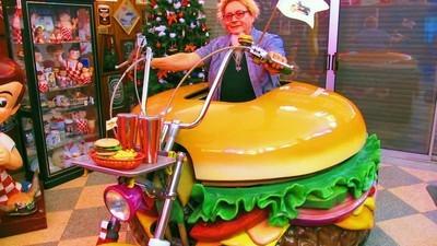Conoce al hombre con la mayor colección de objetos relacionados con hamburguesas