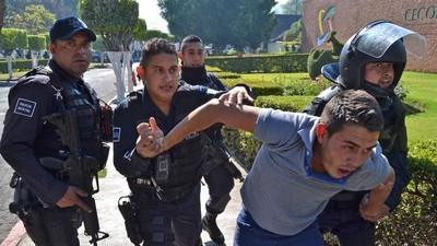 Estudiantes indígenas mexicanos acusan a la policía de dispararles en una protesta