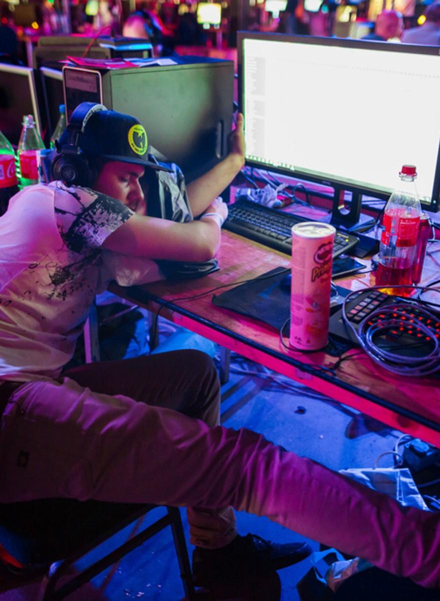 Foto's van duttende gamers bij de grootste LAN-party van Nederland