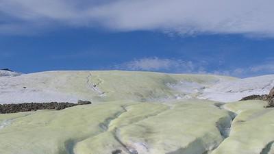 ¿Por qué este glaciar es de color amarillo? La respuesta podría ayudar a encontrar vida extraterrestre