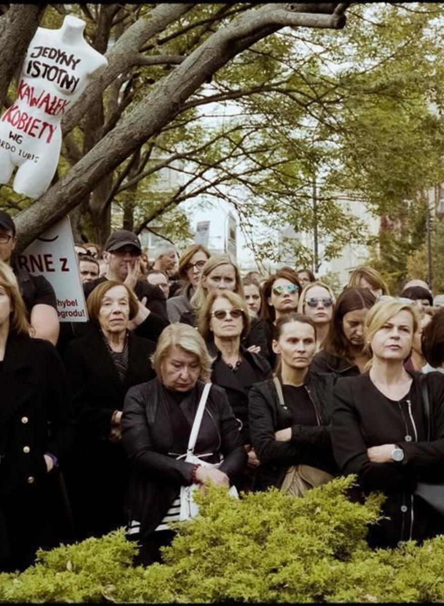 Retratos de mujeres en huelga contra la prohibición del aborto en Polonia
