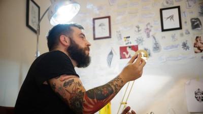 Versos rayados: poemario en piel de Fausto Alzati