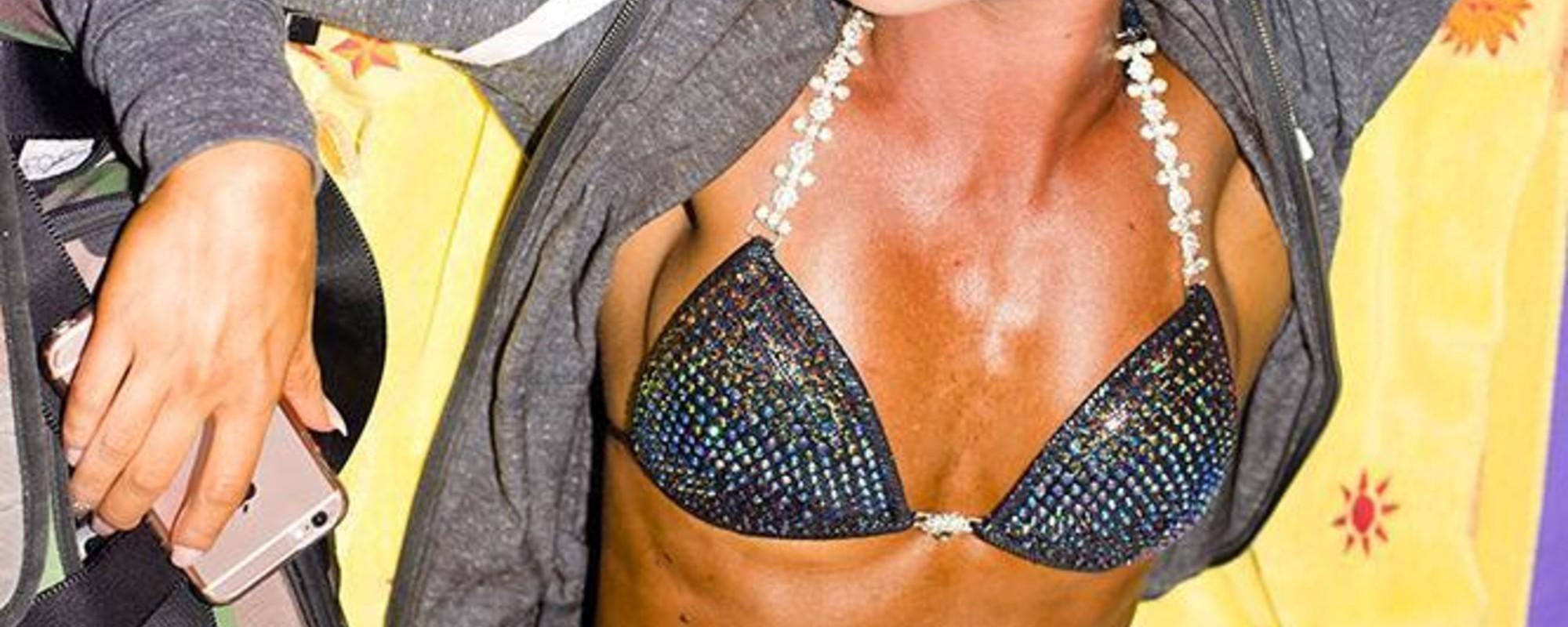 Spierballen, wasbordjes en nepnagels: foto's van vrouwelijke bodybuilders bij de Arnold Classic