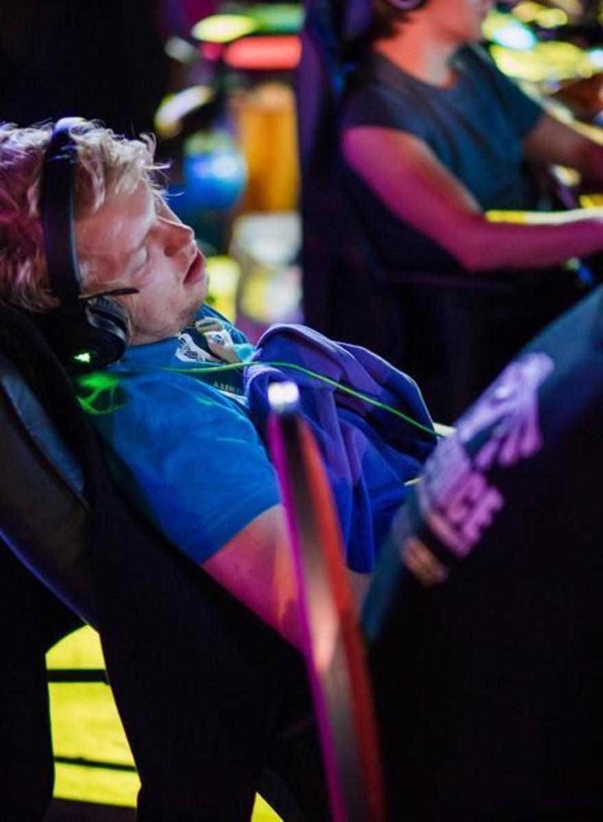 Fotos de gamers durmiendo en una fiesta LAN masiva