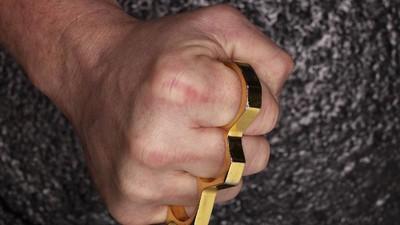 Zwei Männer mit Schlagring prügeln Fünfjährigen: Wir haben Fragen