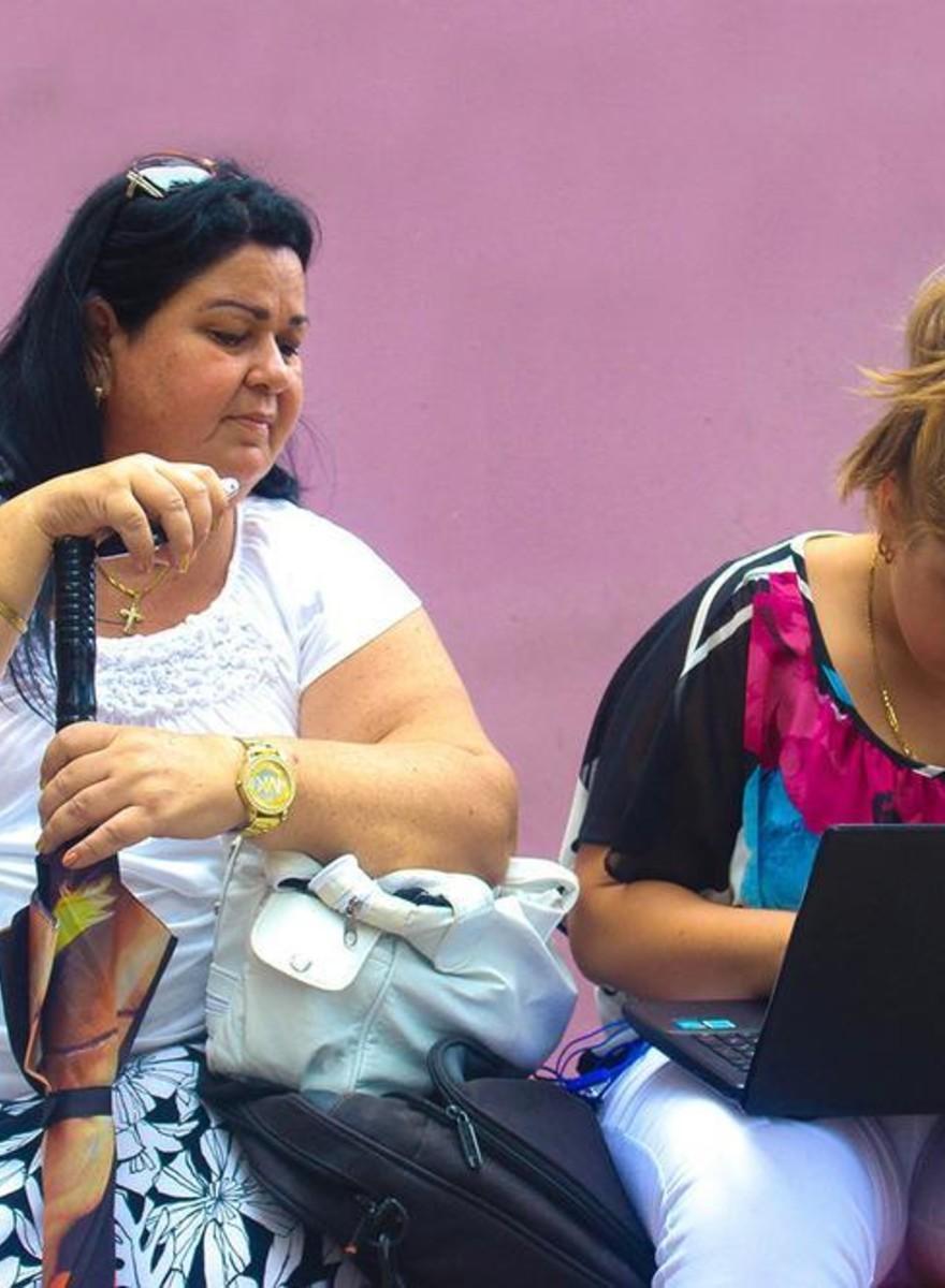 Como os cubanos estão usando os primeiros pontos de WiFi do país