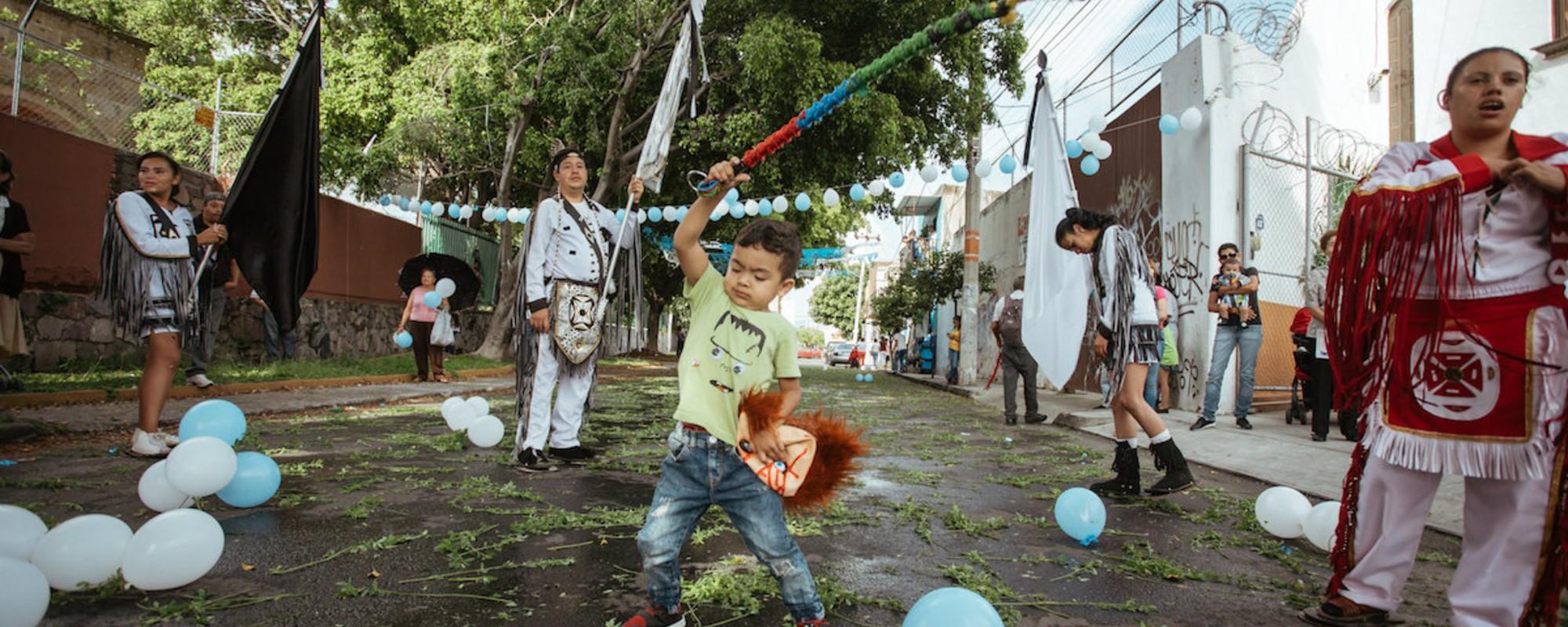 Fotografii cu un ritual din Mexic, care-ți arată că religia nu e numai despre pupat moaște