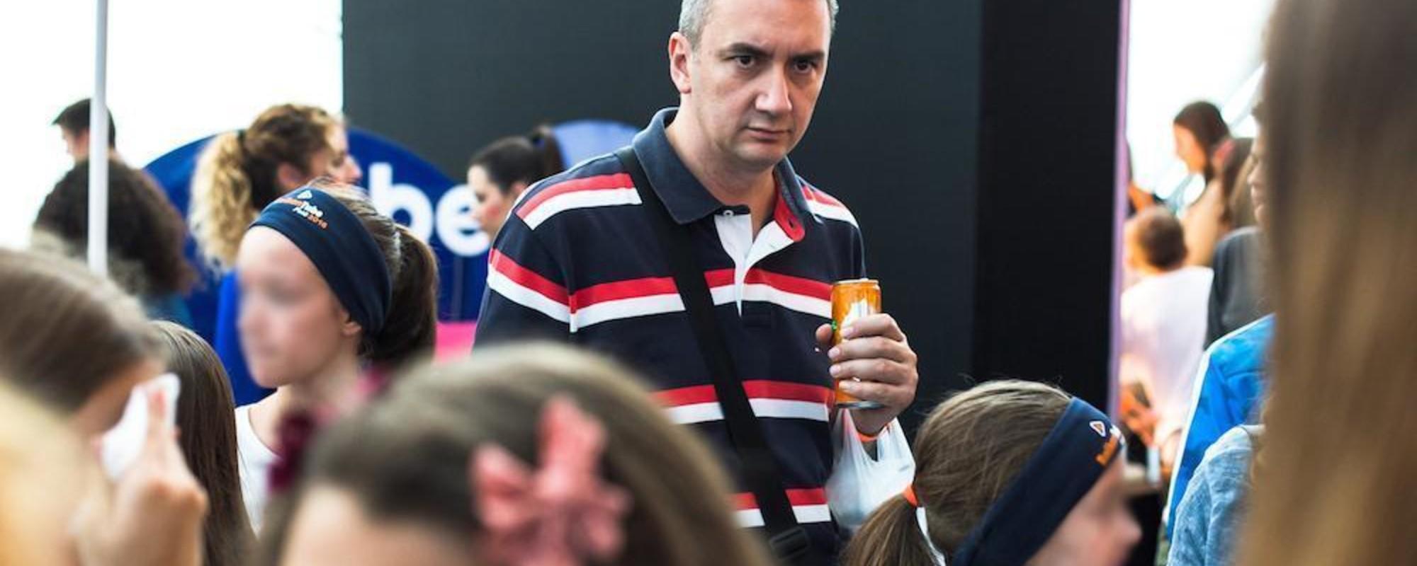 Fotos de padres aburridos en una convención de YouTubers