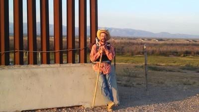 O homem que está a percorrer a pé a fronteira entre o México e os Estados Unidos