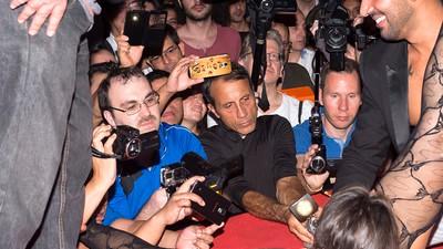 Hablamos con los mirones que hacen fotos en el Salón Erótico de Barcelona