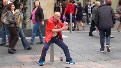Warum dieser Typ seit Jahren jeden Tag in die Fußgängerzone raven geht