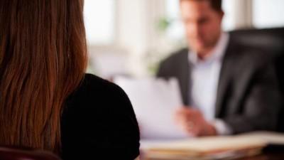 ¿Qué hacer en una entrevista de trabajo si te piden que enseñes los pies?