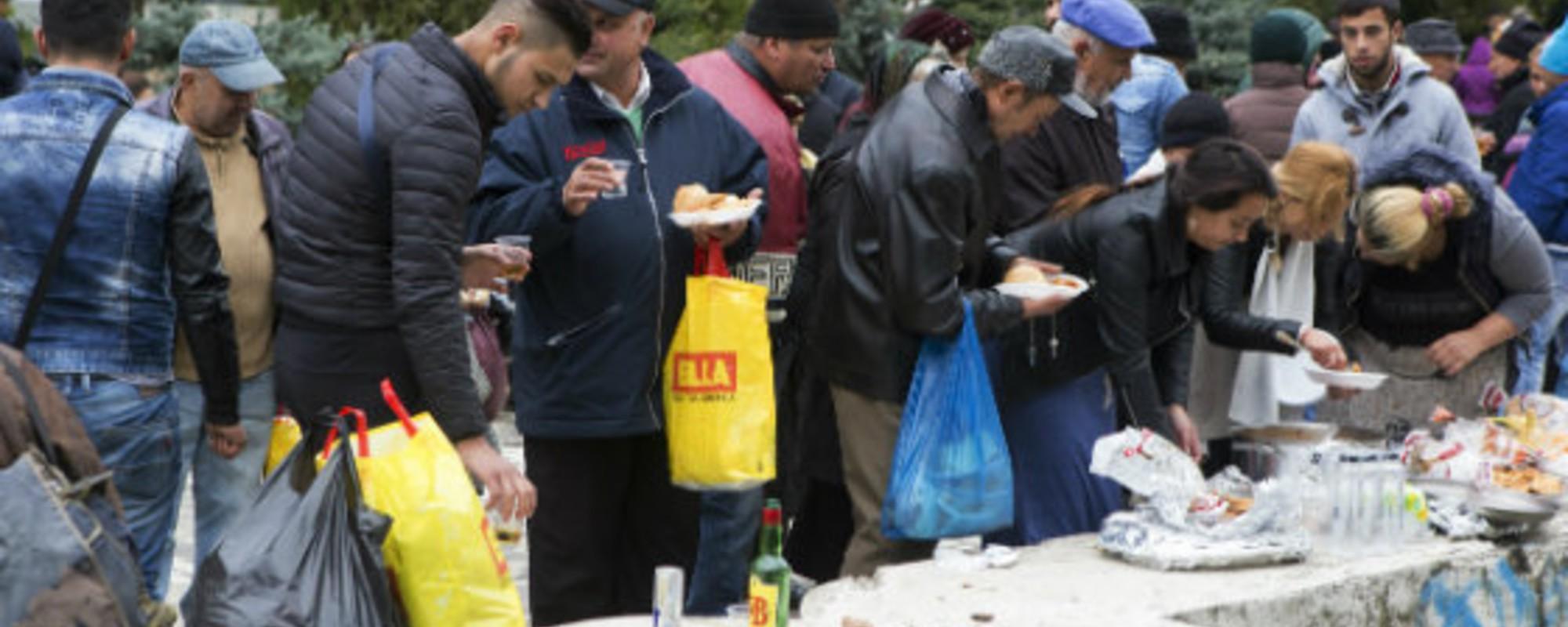 Fotografii cu pelerini înfometați care se îmbulzesc pentru sarmale și alcool la moaștele Sfintei Parascheva