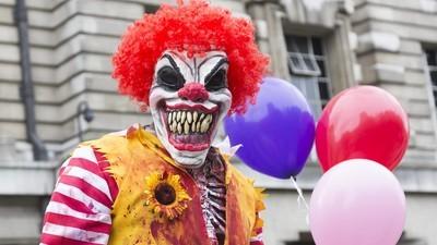 In NRW läuft ein bewaffneter Clown herum und bedroht Menschen