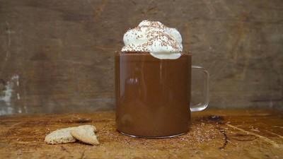 Warm jezelf op met een grote beker warme chocolademelk met wiet