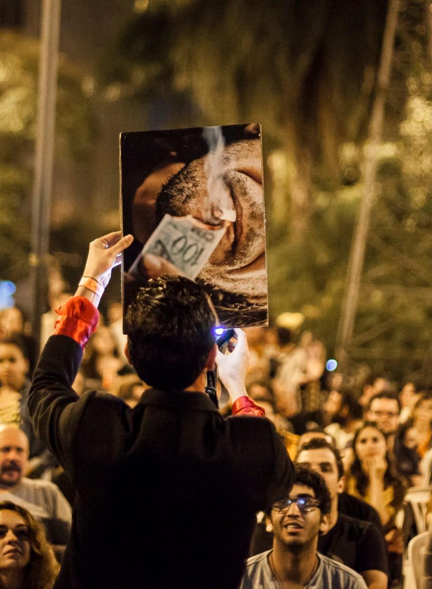 Conheça o Erro99, coletivo de foto que queima imagens em praça pública