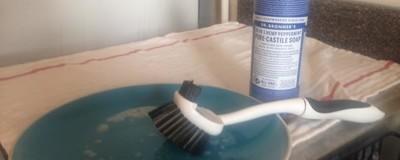 J'ai utilisé le savon du Dr Bronner pour cuisiner, récurer mes chiottes et passer la serpillière, et ça marche plutôt pas mal