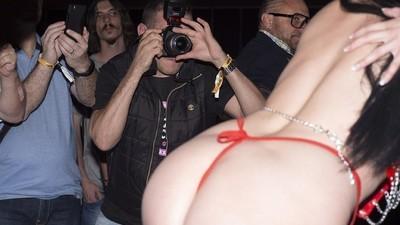 Foto's van mensen die foto's maken van pornosterren bij een seksbeurs