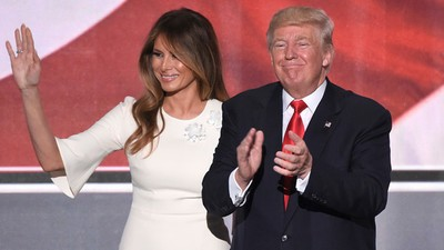We vroegen een relatietherapeut waarom Melania Trump haar man niet dumpt
