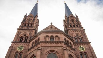 Vier Typen schlagen einen Freiburger zu Tode, weil er gegen eine Kirche urinierte