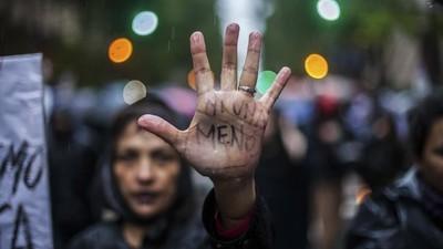 Retratos de mulheres na manifestação Ni Una Menos na Argentina