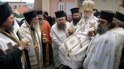 Tijdens deze optocht werd een dode priester door een Grieks stadje gezeuld