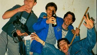 În România anilor  '90, băgam pornografie în grup (la fel și masturbare)