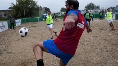 Fotos de um jogo de futebol entre refugiados e sem-abrigo na Grécia
