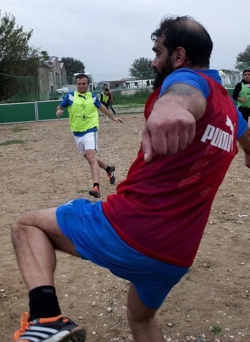 Foto's van een voetbalwedstrijd tussen daklozen en vluchtelingen in Griekenland